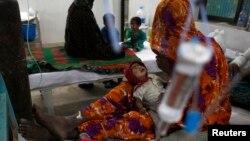 Một phu nữ Pakistan đang chăm sóc cho con trai tại một bệnh viện ở Mithi, ngày 12/3/2014. Rất nhiều trẻ sơ sinh vùng này đã thiệt mạng vì nạn hạn hán dữ dội tại đây.