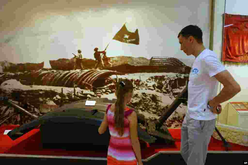 Du khách nước ngoài xem các mảnh của căn hầm Tướng Pháp De Castries tại Điện Biên Phủ trong Viện Bảo tàng Hà Nội.