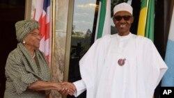 Nigeria President Muhammadu Buhari (right) welcomes Liberia President Ellen Johnson Sirleaf before a meeting in Abuja, Nigeria, Jan. 9, 2017. Nigeria's lower house of parliament has urged Buhari to offer Gambian President Yahya Jammeh asylum.