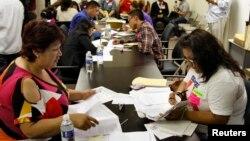Para imigran mengisi dokumen di sebuah LSM pembela hak-hak imigran di Los Angeles, AS (foto: ilustrasi).