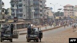 La police se tient prête à disperser les manifestants à Conakry, en Guinée, le 6 février 2018.