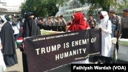 Manifestation contre la décision du président Donald Trump à Kakarta le 8 décembre 2017. (VOA/ Fathiyah Wardah)
