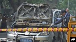 Cảnh sát và giới chức pháp y xem xét chiếc xe của đại sứ quán Israel bị hư hỏng sau vụ nổ tại New Delhi
