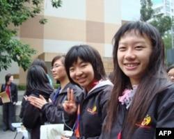 香港珠海学院学生陈年怡(右一)参加两岸四地义工活动