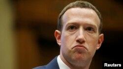 CEO của Facebook, Mark Zuckerberg, ra điều trần trước Quốc hội Mỹ ở Washington, DC, hồi tháng 4 năm nay. Cổ phiếu của Facebook xuống thấp kỷ lục hôm 26/7 làm Zuckerberg mất gần 16 tỷ USD.
