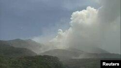 Tư liệu - Một hình ảnh lấy từ video của Cơ quan khí tượng Nhật Bản cho thấy một vụ phun trào của núi Shindake trên đảo Kuchinoerabujima, tỉnh Kagoshima, phía tây nam Nhật Bản, ngày 29 tháng 05 năm 2015.