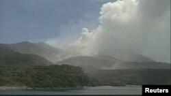 Gambar yang diambil dari rekaman video Badan Meteorologi Jepang ini menunjukkan gunung Shindake di pulau Kuchinoerabujima, Kagoshima Prefecture, Jepang, yang masih menyemburkan asap tebal, 29 Mei 2015 (Foto: REUTERS/Japan Meteorological Agency/Handout via Reuters)