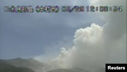 Letusan Gunung Shindake di pulau Kuchinoerabujima, Prefektur Kagoshima, barat daya Jepang, 29 Mei 2015. ( REUTERS/Japan Meteorological Agency/Handout via Reuters -Videograb).