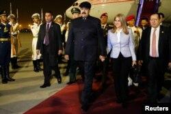니콜라스 마두로(가운데) 베네수엘라 대통령이 13일 부인 실리아 플로레스 여사와 함께 중국 베이징 공항에 내리고 있다.