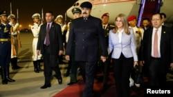 El presidente de Venezuela, Nicolás Maduro, junto a su esposa, Cilia Flores, a su llegada al aeropuerto de Beijing, China, el jueves, 13 de septiembre de 2018.