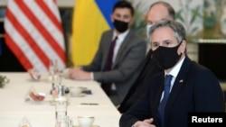 美国国务卿布林肯在布鲁塞尔与乌克兰外长库列巴举行会谈的会场上。(2021年4月13日)