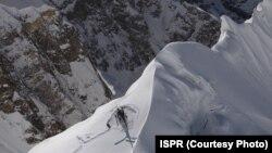 پاکستانی فوج کی جانب سے جاری کی جانے والی اس تصویر میں پاک فوج کا ایک ہیلی کاپٹر پہاڑی پر کھڑے ہوئے دیکھا جاسکتا ہے۔