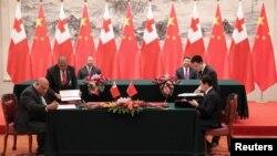 Quốc vương Tonga, Tupou VI, và Chủ tịch TQ Tập Cận Bình ký kết văn kiện giữa hai bên tại Bắc Kinh ngày 1/3/2018.