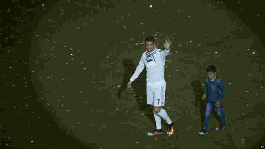 Le Portugais Cristiano Ronaldo et son fils au stade Santiago Bernabeu à Madrid, le 29 mai 2016.