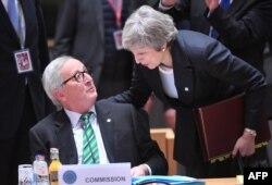 테레사 메이 영국 총리(오른쪽)와 장클로드 융커 EU 집행위원장이 13일 벨기에 브뤼셀에서 열린 유럽연합(EU) 정상회의에서 이야기를 나누고 있다.