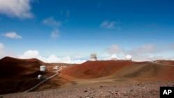 Observatorium dan teleskop di puncak Mauna Kea, gunung tertinggi di Hawaii dan direncanakan menjadi tempat pembangunan teleskop senilai $1,4 miliar atau Rp 19,4 triliun dekat Hilo, Hawaii, 31 Agustus 2015.