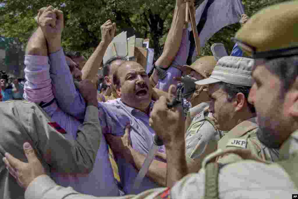 بھارت کے زیرِ انتظام کشمیر کے دارالحکومت سری نگر میں روہنگیا مسلمانوں پر مظالم کے خلاف احتجاج کا ایک منظر۔ بھارتی کشمیر کے کئی شہروں میں مظاہرین اور سکیورٹی فورسز کے درمیان جھڑپیں بھی ہوئی ہیں۔