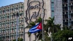 Le drapeau cubain est en berne devant le Ministère de l'Intérieur à La Havane, Cuba, le 27 novembre 2016.