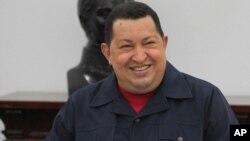 El presidente venezolano Hugo Chávez sonríe durante una reunión de ministros en el Palacio de Miraflores, en Caracas.