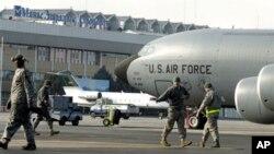 Американский военно-транспортный самолет на авиабазе Манас (архивное фото)