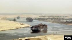 Kapal-kapal kargo melintasi Terusan Suez di Mesir (foto: dok).