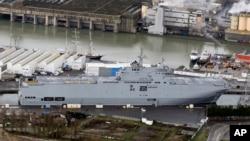 지난해 12월 프랑스 서부 생나제르에 러시아에 수출하기로 되어있던 상륙함이 정박해 있다.