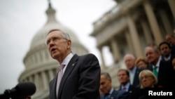 El senador Harry Reid escribió que ya es hora que el presidente use sus facultades administrativas.