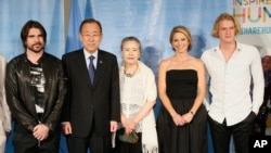 De izquierda a derecha, el cantante colombiano Juanes, Ban Ki-moon, secretario general de la ONU, y su esposa Ban Soon-Taek, presentadora de Good Morning America Amy Robach, y el cantante australiano Cody Simpson en la celebración del Día Mundial de la Asistencia Humanitaria.