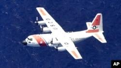 La Guardia Costera continúa la búsqueda de la aeronave, con cuatro personas a bordo entre ellas dos niños de cuatro y 10 años.