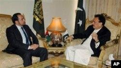 14일 파키스탄 회담장에서 레만 말리크 파키스탄 내무 장관(오른쪽)과 아프가니스탄 고위평화위원회 위원장 살라후딘 라바니. (자료사진)