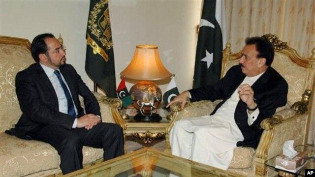 Bộ trưởng Nội vụ Pakistan Rehman Malik (phải) gặp ông Salahuddin Rabbani, người đứng đầu Hội đồng Hòa bình Tối cao Afghanistan ở Islamabad, Pakistan. (AP Photo/Press Information Department)