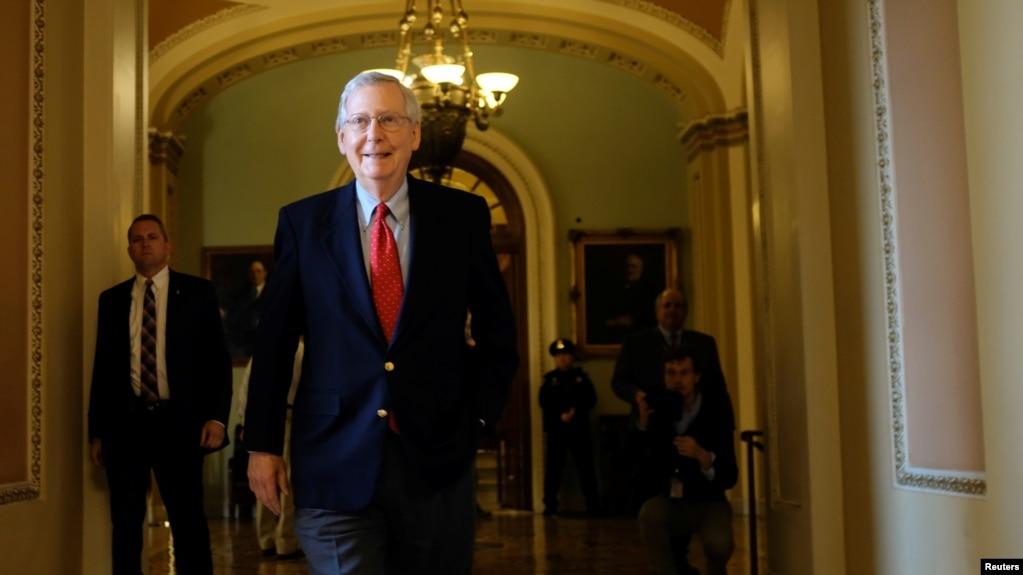 (资料图)美国参议院多数党领袖麦康奈尔星期六(12月2号)离开税改法案辩论会场。