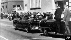 Xe chở nhân viên mật vụ chạy sau chiếc limousine chở Tổng thống Kennedy và phu nhân, trong thành phố Dallas, Texas, ngày 22/11/1963.