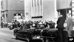 1963年11月22日肯尼迪總統訪問達拉斯時,特勤局人員在車後保護。(資料圖片)