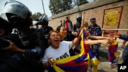 Cảnh sát Nepal bắt những người Tây Tạng lưu vong khi họ biểu tình bên ngoài văn phòng thị thực của Đại sứ quán Trung Quốc trong thủ đô Katmandu, 10/3/14