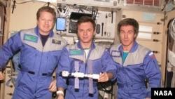 Kru Ekspedisi 1 Pesawat Antariksa berpose di dalam ISS (International Space Station), December 2000. (foto: dok). Dari kiri: William Shepherd, Yuri Gidzenko dan Sergei Krikalev.
