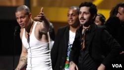 """Calle 13 tiene 10 nominaciones por su más reciente CD de hip hop, cargado con tonos protesta: """"Entren los que quieren""""."""