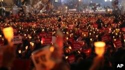 서울에서 19일 박근혜 대통령의 퇴진을 요구하는 촛불집회가 열리고 있다.