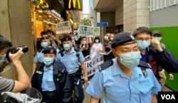 香港支联会及社民连4名成员4月15日首个国家安全教育日游行示威,被大批军装警员包围 (美国之音/汤惠芸)