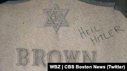 روی سنگ قبری در آرامگاه یهودیان «فال ریور» سلام نازیها «هایل هیتلر» نوشته شده است.