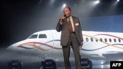 Serge Dassault, industriel et homme politique français, intervient à Mérignac lors de l'inauguration du premier avion Falcon 7X, le 15 février 2005.