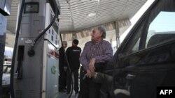 На одной из бензоколонок в Тегеране. Иран. 19 декабря 2010 года