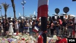 Mọi người tập trung ở Nice để bày tỏ sự kính trọng tới những nạn nhân của vụ tấn công hôm thứ Năm, ngày 6 tháng 7 năm 2016. (L.ringe / VOA)