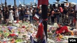 人们聚集在尼斯,哀悼袭击事件遇难者(2016年7月16日)