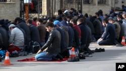 Pria Muslim melakukan shalat Jumat di kota Makhachkala, Dagestan, Rusia (foto: dok).