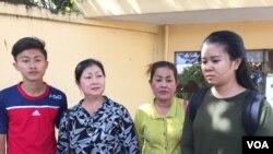 ក្រុមគ្រួសារមន្រ្តីអាដហុក និងមន្រ្តី គ.ជ.ប ដែលកំពុងជាប់ឃុំ ដាក់ញត្តិទៅខុទ្ទកាល័យនាយករដ្ឋមន្រ្តី និងព្រះបរមរាជវាំងសុំអន្តរាគមន៍ឲ្យដោះលែងឪពុកម្តាយ និងស្វាមីរបស់ពួកគេដែលកំពុងត្រូវបានឃុំខ្លួន។ (កាន់ វិច្ឆិកា/VOA Khmer)