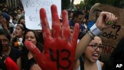 Para mahasiswa Meksiko melakukan unjuk rasa atas hilangnya 43 mahasiswa yang belum ditemukan hingga kini (22/10).