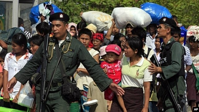 Thai police escort a group of Myanmar refugees crossing to Myawaddi town at the Thai-Myanmar border town of Mae Sot (File Photo)