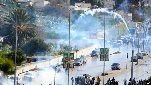 Policija ispaljuje suzavac na demonstrante tokom ispraćaja posmrtnih ostataka ubijenog lidera sekularne opozicije Čokrija Belaida
