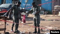 Cảnh sát Nigeria thu thập các mảnh vỡ để phân tích tại hiện trường vụ nổ bom ở Nyanya, ngoại ô Abuja, 3/10/2015.